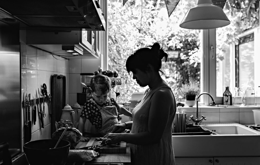Day in the life photographer, mom cooking with toddler in the countertop, Amsterdam, Noord-Holland